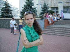 Одна из посетительниц и некоторые зрители